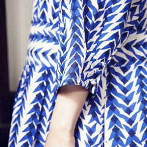 くるみボタンロングワンピース 麻糸と和紙糸を織り込んだオリジナルの生地に、連なる鳥のイメージで柄をのせました。しなやかなシャリ感がある軽い生地のワンピースは夏を彩る一枚にぜひ。