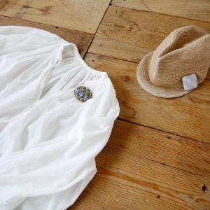 シンプルなコートやワンピース、バッグなどにつけて、よそおいのアクセントに。竹内紙器製作所さんに作ってもらったオリジナルボックス入りで、 おくりものとしてもぴったりです。