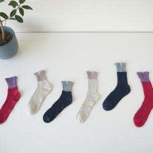 関西で五十年以上くつしたを作り続けるベテラン職人さんと、日本国内ではほとんどなくなってしまったローゲージの古い靴下編機を使ってつくっています。