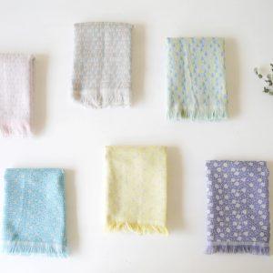 """""""からみ織り""""と呼ばれる織り技術を使って、特殊なタオル織機で織りあげました。高密度で織り、細かい柄を表現しており、リバーシブルで使うことができます。"""