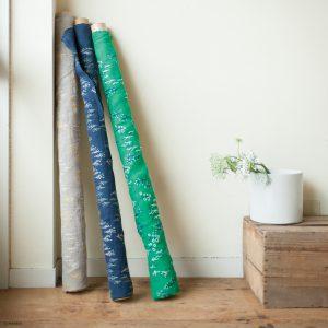 小松和テキスタイルと川合染工が開発した、「東炊き」と呼ばれる江戸時代の製法を用いた生地です。その鮮やかでふんわりとしたリネン生地に、塚野刺繍が刺繍を施しました。手刺繍のような風合いで、1日1mしかつくることのできない特別な布です。