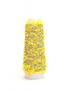 モンドフィルオリジナルのpapiyon-パピヨン-という糸です。ベーシックカラーで羽根と染め分けした、シンプルで美しいデザインヤーンです。