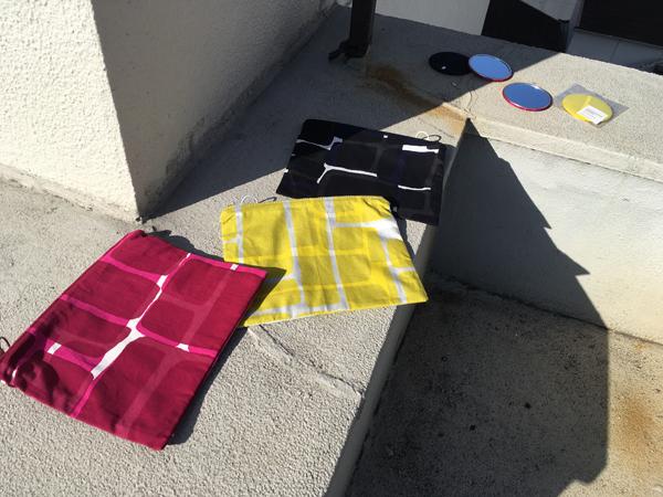 手捺染という手法で職人さんに染めてもったオリジナルの布地を用いたポーチです。 ファスナーは、掴みやすさはもちろんのこと、色も柄によって合わせてこだわって選んでいます。 少し深めのサイズなので、通帳入れやメイク道具入れなど使い勝手のいい大きさです。