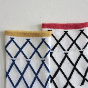 シンプルなリブのしましま、ショートソックスです。カラフルなピンク、ブルー、使いやすいグレーの3色展開。スニーカー、サンダルにも合わせやすい1足です。
