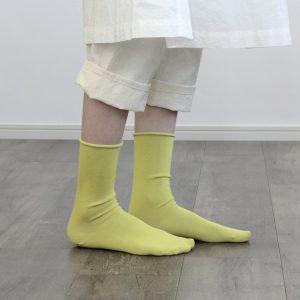 no gomu(ゴムなし)シリーズのビビットカラー。履き口にゴムがなく 軽い履き心地です。しなやかで 清涼感がある風合いと毛羽立ちがなくさらりと履ける一足です。また吸汗・速乾性に優れていますので 気持ちよく履くことができます。ファッションのアクセントに◎