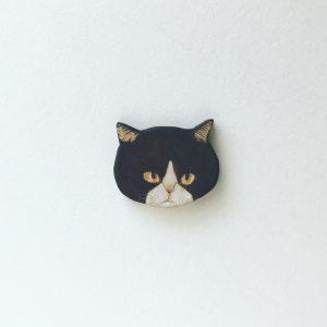 ハチワレ猫のブローチ