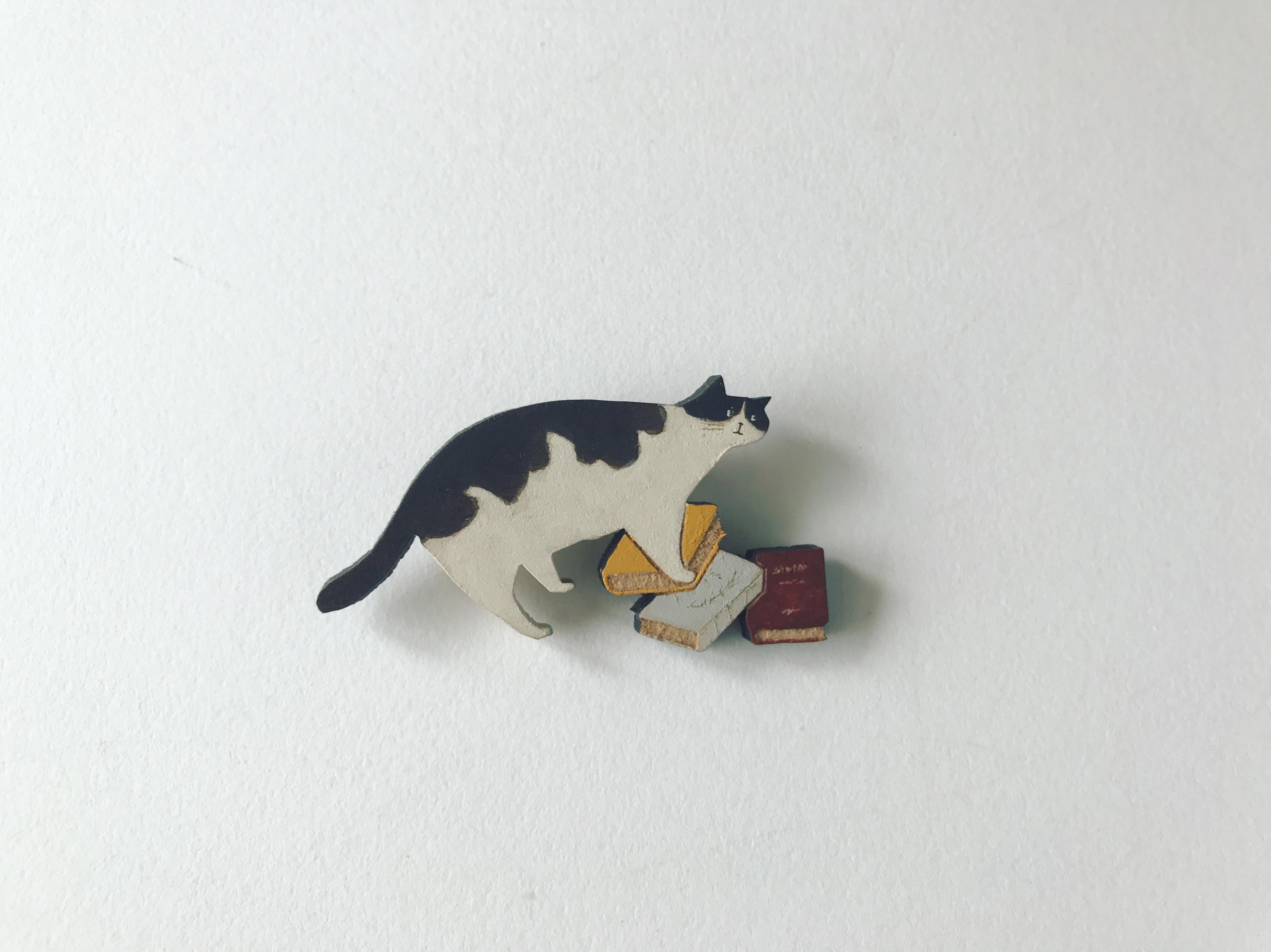 ハチワレ猫と本のブローチ
