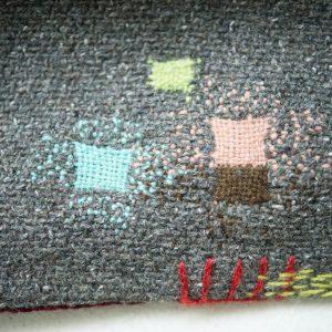 ダーニングはセーターや靴下だけではなく、毛布やラグにも応用できます。