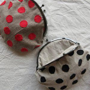 水玉を縫い付けるところから始めます。針が行き交う度に一枚の布へと変化するさまは、静かな喜びです。