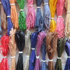 ラフィア椰子の葉状繊維を使った刺繍。天然繊維ゆえ、通常の刺繍糸よりも不揃いな繊維ですが、立体感とともに多様な効果を発揮します。