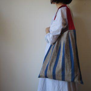 会津木綿の縞を活かして考えた形です。単調な縞に立体感が加わり、布の柔らかさの中に強弱が生まれます。