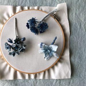 藍染の青の花。実際に咲く色ではないのが存在感があって魅力的。