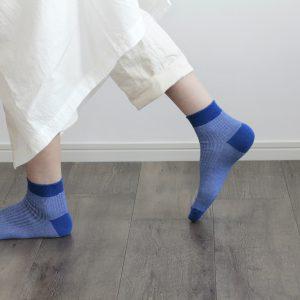 コットンのスラブ糸が涼しげな ショート丈の1足。 配色は優しい色合いのアースカラーを施しています。