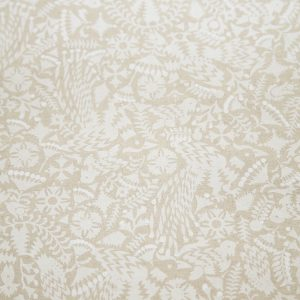 マットなホワイト顔料と光沢感があるパールホワイト顔料の、質感の異なる2種類の白を使い手捺染の技法で布にプリントしました。 光に当てたり、角度を変えたりして白の違いを楽しんでいただきたいです。