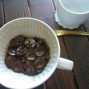 ディープローストの珈琲をイメージした陶ボタン。お好きなサイズをどうぞ。