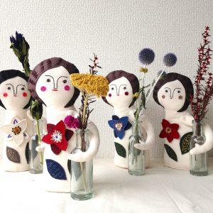 花瓶を持ったオブジェ人形。