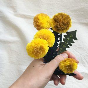 春のみ作っている刺繍のタンポポブローチ。