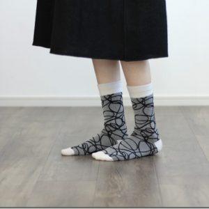 布のデザインを靴下に落とし込んだ1足。