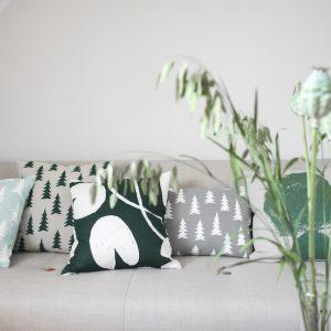 麻100%のクッションカバー「Water Lilly」は、夏に使いたい涼やかな素材感とデザインが魅力。