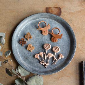 お花、鳥、星、動物などのモチーフを多く制作しています。