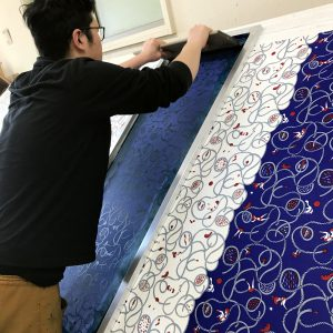 """パートナーの""""新木智太""""は、製品になる全ての生地を染め付けています。"""
