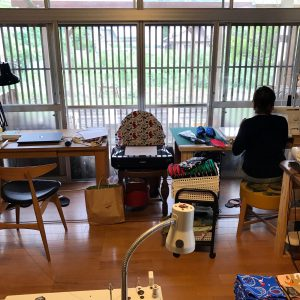 アトリエ内の縫製場で、ハンカチやバッグ、お洋服などに仕立てていきます。