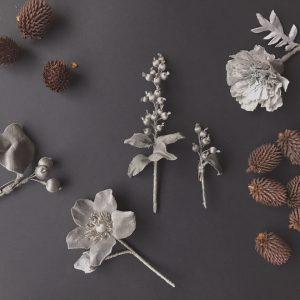 ヤシャブシで染めた格好良いグレーのお花は、幾つになっても着けられる色