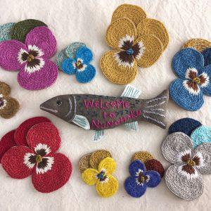 パンジーブローチは春夏素材に変えてカラフルに(魚は昨年のウェルカムアイコンです)。