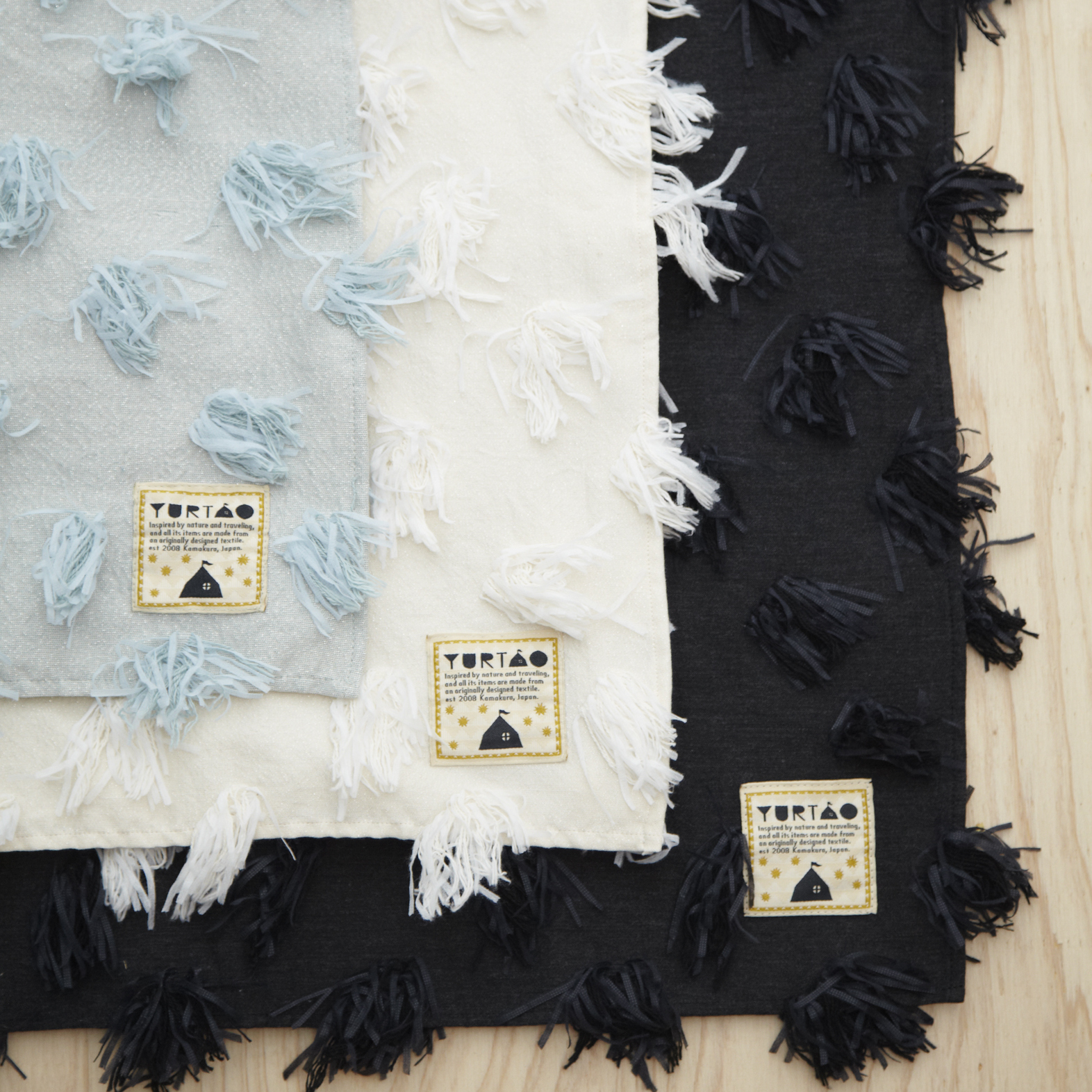 今期の新作のテキスタイルです。 綿毛がぽんぽんと並んでいて首元に程よいボリュームとアクセントを演出できます。 コットンなので春や秋にも便利なストールです。