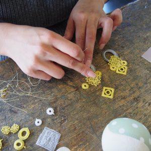 レースの組み合わせを考えたら、レースとレースが重なっているところを、針と糸で縫いあわせてつなげれば、完成です。