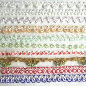 全部、手で編んで作ったもの。小物作りにはもちろん、ブレスレットなどのアクセサリー、洋服の胸元に縫い付けても美しい。