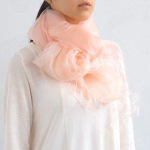 ふんわりとしたシルクの二重織りマフラー。 桜染めの優しいピンク色は、お肌を明るく綺麗に見せてくれます。