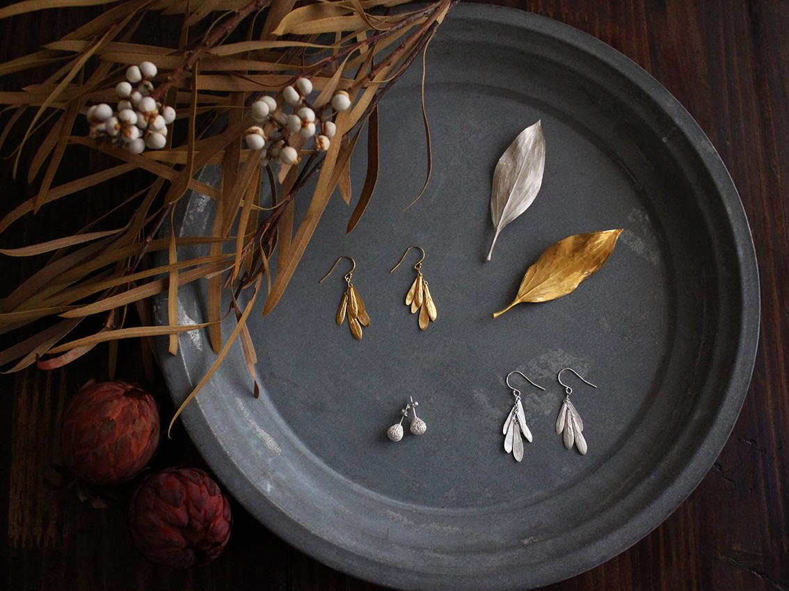 植物をモチーフにしたイアリングやブローチ。定番と新作展示します。