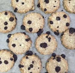 キャロブチップが入りオートミールクッキーは 有機オートミールがたっぷりで食べごたえがあります。