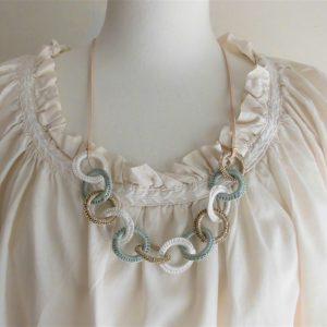 紐で結ぶタイプのネックレスなので、襟ぐりによって長さ調節が可能です。