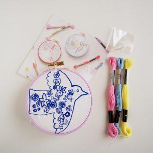 刺繍CAFEでは、様々なイラストレーターの描いた絵をプリントしたハンカチをキットとして用意しています。