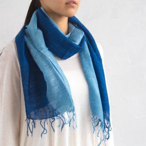 職人が一点一点、こころを込めて丁寧に染め上げた人気の藍染めのスカーフ。 手染めのため一点一点微妙に表情が異なるのが特徴です。