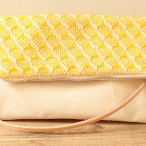 2wayバッグよりも縦長で、折りたたんでも伸ばしてもショルダーバッグになります。クラッチとしても楽しめます。