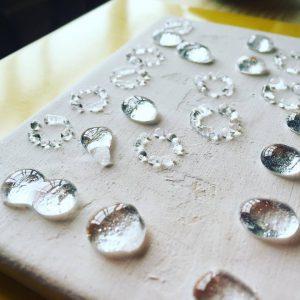 シルバーは、白くマットに仕上げ、所々キラッ と光る仕上げに。自然で馴染みやすい、でも繊細で美しく。