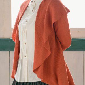 着るととてもラインが綺麗に見える形で、大きな衿がついているのでいろいろなアレンジを楽しめ、 またピンが付属されますのでフロント側を閉めてジャケットのようにも着られます。