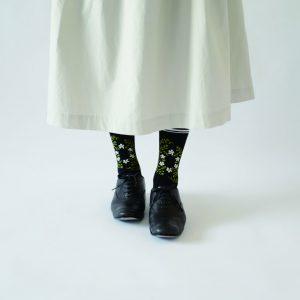 アンティーク刺繍のような柄のソックスです。 着こなしのポイントになる1足です。