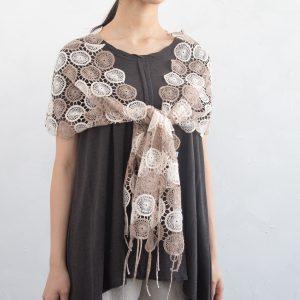 桐生で織った刺繍の草木染めレースマフラー。 そのまま首にかけたり巻いても素敵ですし、肩から羽織ったり、 また他のマフラーと重ねて使うなど、幅広いアレンジが可能です。