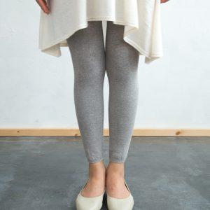 綿100%ならではの優しい履き心地で、季節を問わず履いて頂けます。 締め付けも強くなく、優しい履き心地で、とても気持ちのよいレギンスです。 リブタイプのご用意もあります。