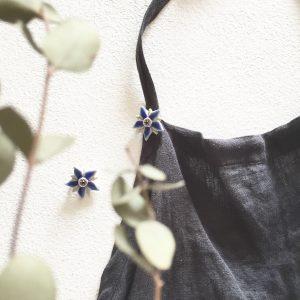 これはボリジの花。おうちの中で過ごす日は、エプロンに着けても◎