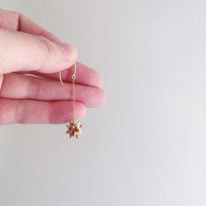 手にしてくださる方の願いがかないます様にと、想いを込めてお星さまを編んでいます。