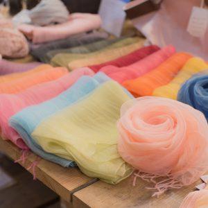 ふんわりとしたシルクの二重織りマフラー。 2枚の生地の間で、両端だけを留めた糸が優雅に揺れ動き、 張りがありつつもふんわり優しい印象に仕上げています。