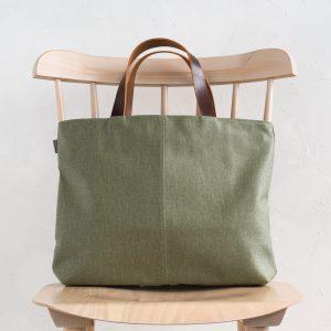 岡山県倉敷市の帆布工場で、原綿から草木染めで染め上げ紡いだオリジナルの綿糸を11号帆布に織り上げたシリーズ。 A4サイズが余裕をもって入れられる大きさです。