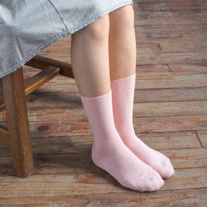 綿100%ならではの優しい履き心地で、とても気持ちのよい靴下。 口ゴムがゆったりしているので、跡がつきにくく、重ね履きにも最適です。