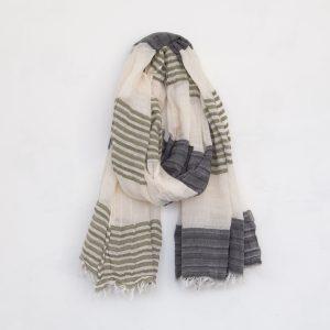 大きさやボリュームからは想像できないほどの軽さが特徴です。 幅が広いので首に巻く以外にも、ひざ掛けや羽織りもの、夏の日よけとしても お使いいただけますし、綿100%なので季節を問わずお使いいただけます。