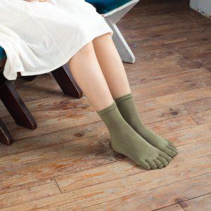 足から出る毒素をよく吸い取り放出してくれるシルクの靴下は、 夏は涼しく、冬は暖かく、冷え性の人にもオススメです。